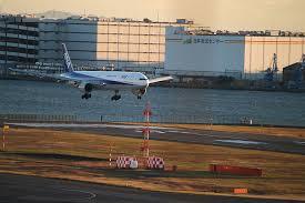 航空機は定時でも、空港からの交通機関の乱れで保険が使えることもあります。