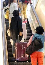 荷物満載のスーツケースを持ってる間に、転んだり人にケガをさせた