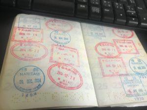パストートの出入国スタンプはチェックされます。