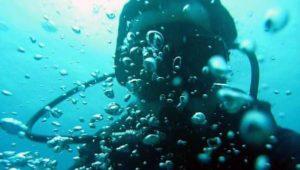 ダイビングで流され溺れてしまっている