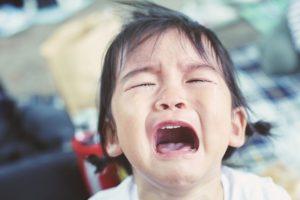 子どもが転倒して頭を打って泣いている