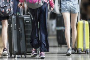 大きなスーツケースを持ったまま転倒したり、あるいは人にぶつけて他人のものを壊してしまった
