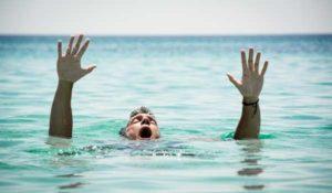 部屋のバルコニーから海に転落して救助
