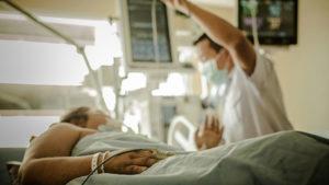 海外旅行保険を何故かけるのか。それは海外での高額な医療費に備えて。