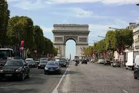 パリでタクシーを降りる際、アクシデント発生
