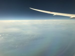 高度1万メートルの上空では、地上の9割り程度の低酸素状態になっています。