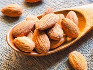 ブロッコリーとアーモンドを一緒に食べると健康効果倍増です。