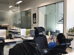 中国人は、135度くらいリクライニングして仕事をしている姿を良く見ます。